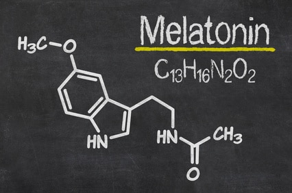 Schiefertafel mit der chemischen Formel von Melatonin
