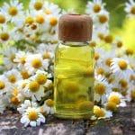 Kamillenöl und Blüten